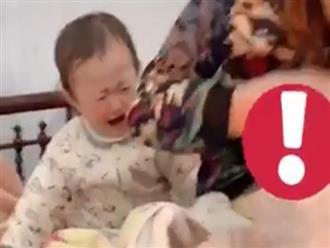 Xót cảnh mẹ cho em bú, con lớn ngồi cạnh khóc hết nước mắt chỉ mong mẹ chú ý