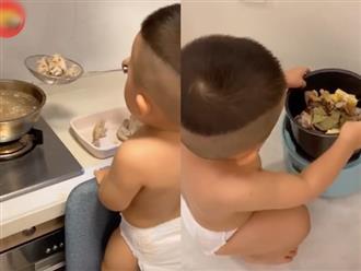 Bé trai kháu khỉnh, còn mặc bỉm đã biết phụ mẹ việc nhà được khen hết lời