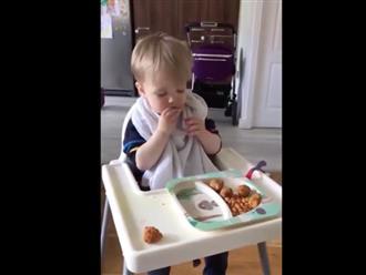 Bé trai vừa ăn vừa gục ngã khiến dân mạng vừa cười vừa thương