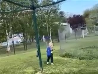 Bị mẹ treo lên dây phơi đồ mà cậu bé cười sặc sụa, nhìn sang nhân vật đối diện ai cũng phì cười