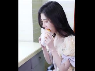 Cận cảnh màn ăn bánh mỳ nhai gần 90 lần của 'mỹ nhân 4000 năm có 1': Muốn đẹp đâu phải dễ