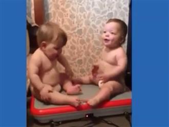 Cặp anh em song sinh lần đầu được ngồi trên máy rung, mỡ bụng lắc lư khiến dân tình cười ngất