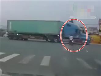 Cặp đôi vượt đèn đỏ lao vào container gặp tai nạn nguy kịch, hiện trường không ai dám nhìn lâu