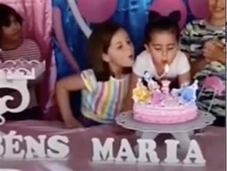 Cười không 'nhặt được mồm' cảnh hai bé gái chí chóe tranh nhau thổi nến sinh nhật, biểu cảm cô chị khiến ai cũng bó tay