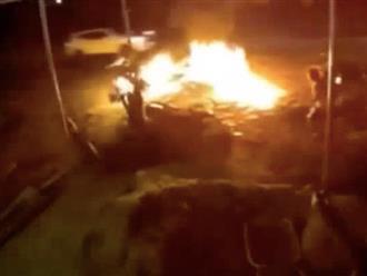 Đang dừng bên đường, người đàn ông bị thanh niên chạy xe máy tông trúng, chiếc xe bỗng bốc cháy