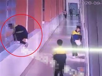 Đau lòng cảnh nam sinh nhảy lầu tự tử trong trường vì bị mẹ đánh, bóp cổ trước mặt bạn học