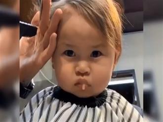 Dở khóc dở cười cảnh bé trai chảy hết sữa trong miệng khi đang cắt tóc, khuôn mặt đáng yêu cứu vớt tất cả