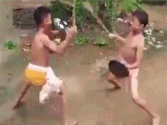 Hai cậu bé dùng gậy 'tỉ thí' võ công như phim hành động khiến ai cũng trầm trồ