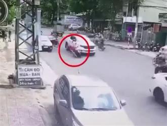 Mở cửa ô tô bất cẩn khiến cô gái ngã ra đường, thái độ của nữ tài xế gây tranh cãi