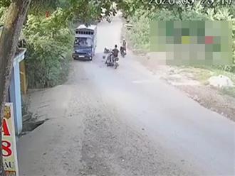 Nam thanh niên không đội nón bảo hiểm, chạy tốc độ 'bàn thờ' lao đầu vào xe tải