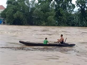 Xót xa cảnh người dân Hà Tĩnh bất chấp nguy hiểm vớt củi giữa dòng nước mênh mông