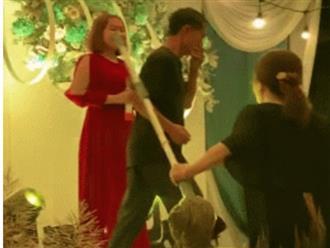 Ông chồng đang đu đưa hết mình trên sân khấu bị vợ cầm chổi 'lùa' về khiến dân tình cười ngất