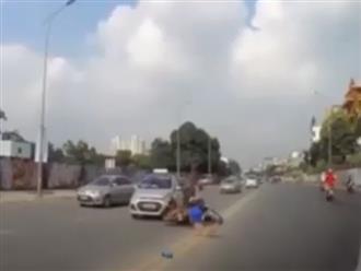 Tông vào đuôi ô tô, vợ nằm đau đớn giữa đường, chồng vội vàng chạy theo con chó