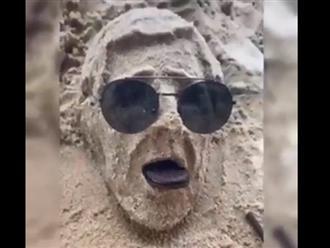 Tưởng thanh niên 'trẻ trâu' nghịch cát ngoài biển, ai dè lại tạo ra toàn tác phẩm nghệ thuật khiến ai cũng trầm trồ