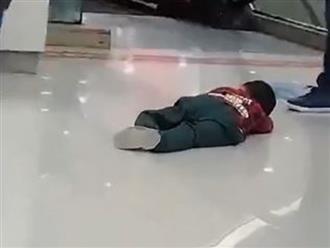 Con trai nằm ăn vạ giữa trung tâm thương mại, bố hành động bá đạo khiến dân tình dở khóc dở cười