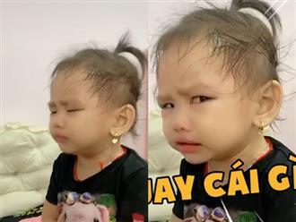 Đang nghe mẹ mắng mà còn bị quay phim, bé gái biểu cảm hờn dỗi cực đặc sắc khiến dân tình cười bò