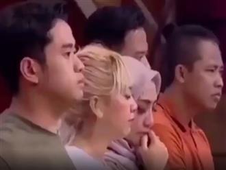 Đang xúc động rớt nước mắt, cô gái gặp 'tai nạn' bất ngờ khiến cả nhóm đang khóc chuyển sang cười muốn nội thương