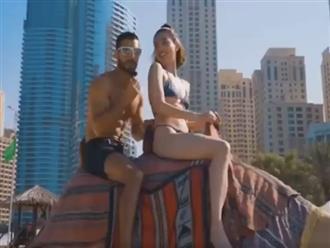 Hết mặc bikini cưỡi lạc đà cùng soái ca Tây ở Dubai, Ngọc Trinh lại vô tư chỉnh sửa nội y trước mặt trai đẹp