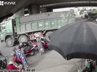 Người phụ nữ đi xe máy bị xe ben chèn qua, khoảnh khắc cuối cùng khiến tất cả sững sờ