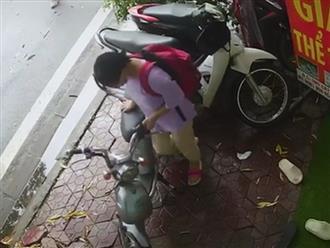 Pha xử lý 'đi vào lòng đất' của nữ sinh đi xe đạp điện khiến người xem... từ chối hiểu