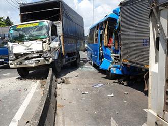 Vụ tai nạn liên hoàn trên Quốc lộ 1A: Hành khách la hét kêu cứu, tự đạp cửa cứu lấy mình