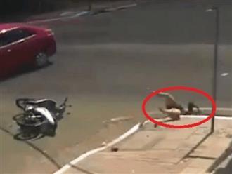 Tông trúng cô gái, tài xế xuống xem thì bàng hoàng vì nạn nhân đã biến mất không dấu vết