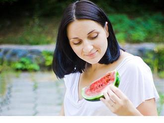 Ăn dưa hấu nóng hay mát và cần lưu ý gì khi ăn?