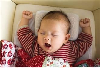 Có nên cho trẻ sơ sinh nằm gối? Đừng để sai lầm ảnh hưởng đến sức khỏe của con