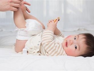 Trẻ sơ sinh bị đi ngoài nhiều lần trong ngày: Mẹ phải làm sao?