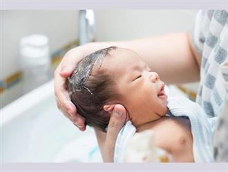 Cách tắm cho trẻ sơ sinh chưa rụng rốn đúng cách