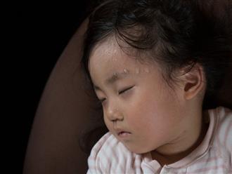Trẻ 3 tuổi ra nhiều mồ hôi khi ngủ - dù không nguy hiểm nhưng mẹ nên chú ý và đề phòng