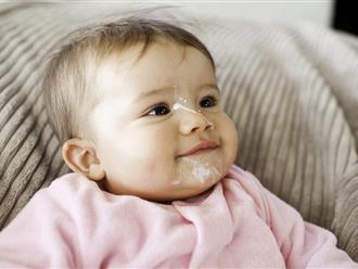Trẻ sơ sinh hay vặn mình và ọc sữa phải làm sao?