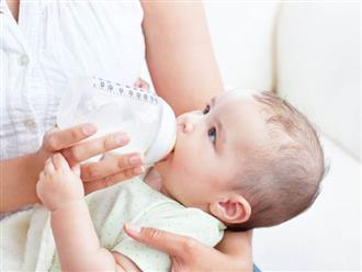 Có nên cho trẻ sơ sinh nằm bú bình hay không?