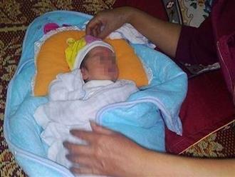 Bé gái sơ sinh 5 ngày tuổi bị mẹ bỏ rơi trong thùng mì tôm cùng lời nhắn 'Bà con ai nhặt được nuôi cháu hộ'