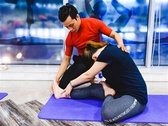 Huấn luyện viên hướng dẫn tập yoga giảm cân toàn thân tại nhà, phụ nữ bận rộn học ngay kẻo lỡ