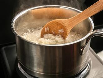 Khi cơm sôi, thêm một chút dầu dừa và cơm chín thì cho vào tủ lạnh: Mẹo lạ nhưng rất tốt