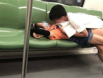 Cặp đôi học sinh yêu nhau lố lăng trên tàu khiến dân mạng xem thôi đã ngượng 'chín mặt'