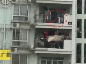 Clip thót tim: Hàng xóm hợp sức giải cứu bé gái 3 tuổi lơ lửng ngoài ban công tầng 9