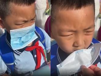 Sợi dây đeo khẩu trang bị đứt, bé trai tiểu học có pha xử lý 'đi vào lòng đất' khiến thầy giáo vừa thương vừa buồn cười