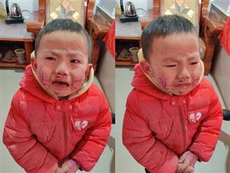 Tự vẽ nguệch ngoạc khắp mặt, cậu bé khóc thét ăn vạ khi thấy 'tác phẩm' của mình trong gương