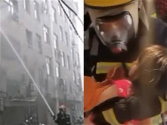 Ôm con trai chạy thoát khỏi đám cháy kinh hoàng, người phụ nữ bỗng òa khóc nức nở khi nghe câu hỏi của hàng xóm