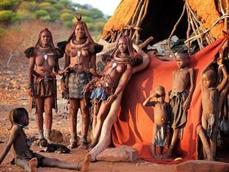 Kỳ lạ vùng đất theo chế độ mẫu hệ, phụ nữ được lấy nhiều chồng, để ngực trần và kiêng tắm gội cả đời