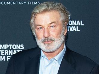 Trợ lý đạo diễn thừa nhận đã 'không kiểm tra kỹ lưỡng' khẩu súng mà Alec Baldwin dùng trong phim Rust