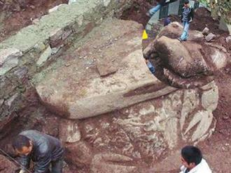 Phát hiện tảng đá khổng lồ với hình dáng bí ẩn khi đang đào đất, là gì mà hàng trăm người phải tìm xem bằng được?