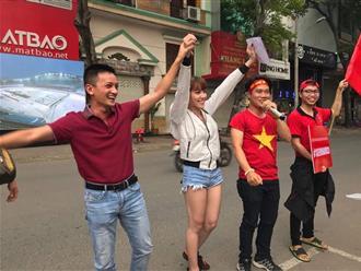 """Công ty """"chơi lớn"""", thuê màn hình LED để nhân viên cổ vũ U23 Việt Nam vào chung kết"""