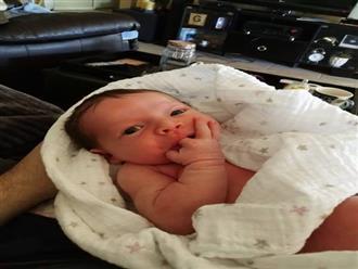 Bé sơ sinh hay mút tay và dụi mắt, bố mẹ sốc khi BS khám, đành nhìn con ra đi