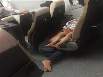 Bố co ro nằm sàn, nhường cả hai ghế cho con ngủ khiến dân mạng xúc động