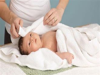 Hướng dẫn mẹ cách tắm an toàn cho trẻ sơ sinh chỉ trong 4 bước