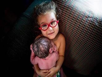 Bức ảnh ngọt ngào cô bé 3 tuổi giúp mẹ sinh thường và da tiếp da với em