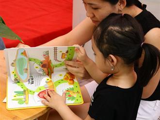 'Cho con đọc sách ngay từ khi chưa biết chữ!' - Nghe có vẻ vô lý nhưng lại là chiêu dạy bé tốt nhất